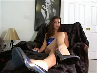 Sexy foot goddess tempts us w her succulent fetish tease