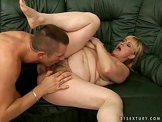 Il bouffe la chatte d une femme mature