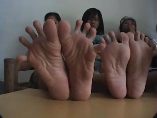 Filipina girls toe spreading wiggling