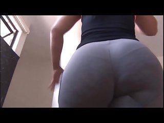 Incredible latina booty in yoga pants