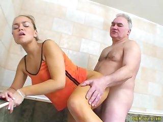 Un vieux pervers baise une Jeunette