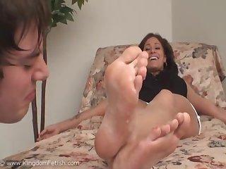 Cuckold eat mistress S boyfriend cum off her feet