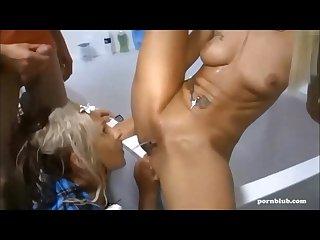 Pissing und squirting beim dreier im badezimmer