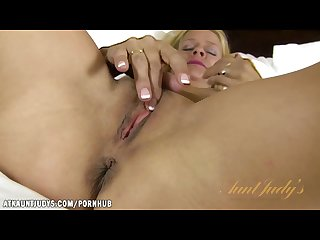 Payton leigh shows how a real woman rubs one out