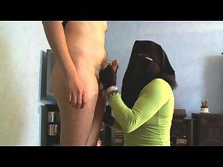 Musulmane en niqab branle et suce une bite
