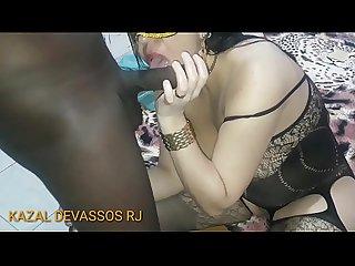 CHRIS DEVASSA - Esposa Cavala chupando a piroca preta do neg�o que conheceu no bloco de Carnaval..