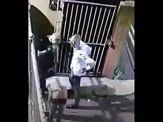 Cmera de segurana flagra 3 caras transando na rua