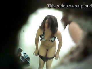 Cholita probandose un bikini