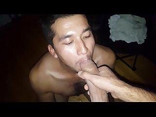 Latino mamando muy rico y se traga la lechita