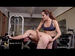 Tranny anal fucks dude in sneakers at gym