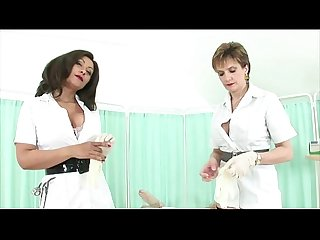 परिपक्व ब्रिट महिलाओं का दबदबा बुत नर्सों