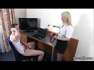 Mutter erwischt stief sohn beim Wichsen und hilft mit fick