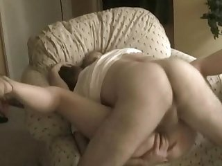 Amateurs fuck on the sofa
