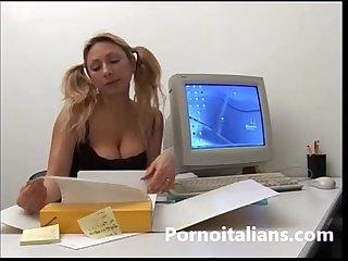 Incesto italiano biondina tettona succhia cazzo grosso del papa