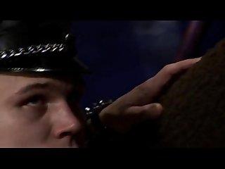 los hombres policiacos en cuero