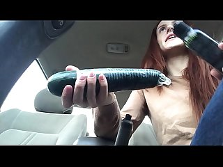 Squirting sur un Concombre Dans un parking Beaucoup
