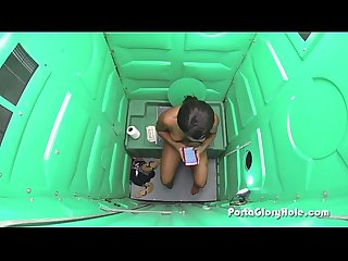 Porta Gloryhole black girl sucks a lot of white dick