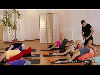 Entrenador de yoga folla a dos chicas calientes