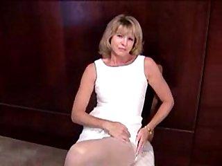 Mature blonde masturbante in pantyhose and dildo