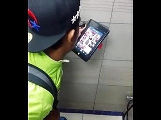 Re pajero mirando porno en bao pblico