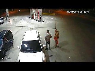Suposto pm flagrado fazendo sexo oral em outro homem em posto de gasolina em manaus