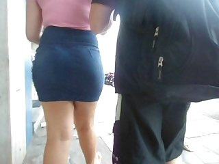 Novinha rabuda gostosa rebolando saia jeans