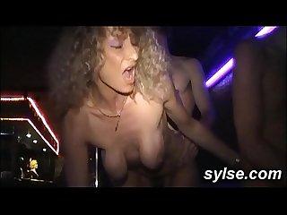 Gode sur plage branlette des voyeurs avant la partouze au pub entre copines