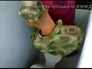 Militar fudendo no banheiro