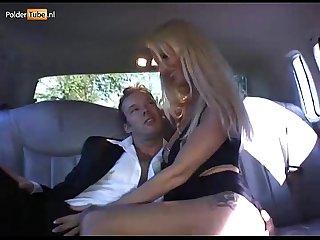 Melizza more wordt anaal geneukt in een limousine