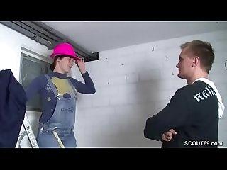 Teeny handwerkerin laesst sich vom kunden ficken