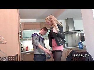 Toute jeune etudiante nympho sodomisee par son mec dans la cuisine
