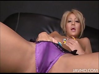 Kinky blond rica shows us how super oiled up pussies look with a dildo inside