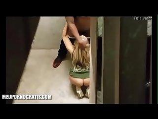 Loira Chupando o negao no banheiro