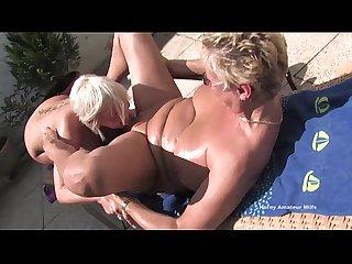 Due vecchie Milf casalinghe scopano in giardino E Si fanno riprendere