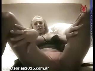 Monica farro masturbandose desnuda en la cama Para playboy tv