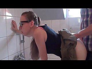 Teen girl mit brille im bad beim putzen in arsch gefickt