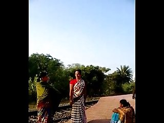 desi village bhabhi saree lift pussy show in public