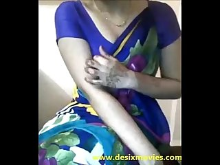 Sexy Desi Aunty boobs teasing in saree xdesitubes com