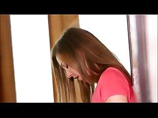 Esta chica busca Al padre de la amiga y se lo folla
