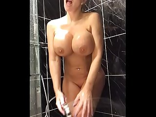 34JJ Blonde shaves her pussy and fucks her tight holes - TheXXXCam.com