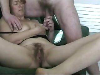Elle suce un inconnu devant son mari