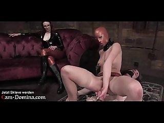 Domina und Ihre beiden Sex Sklaven bei Gehorsamsprobe