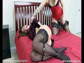 Missy fesselt Serena mit engen Kabelbinder und Ballgag