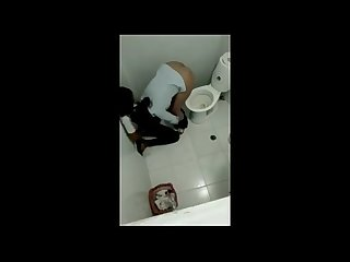 Pega no flagra chupando a buceta da amiga no banheiro