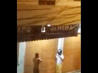 Dois boys numa rua em itaperuna