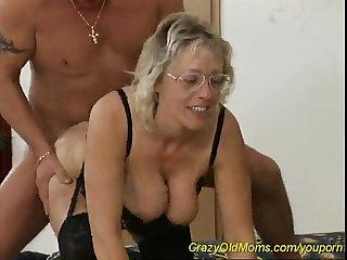 Oma lsst sich von ihren 2 enkeln Ficken