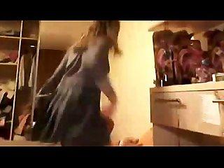 Chica caliente probandose ropa