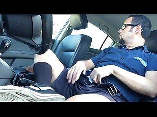 Macho trabalhador batendo uma punheta no carro