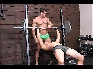 Musculosos lindos haciendo ejercicio en boxer