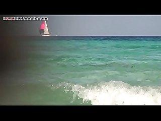 Morena con tetas grandes en playa nudista